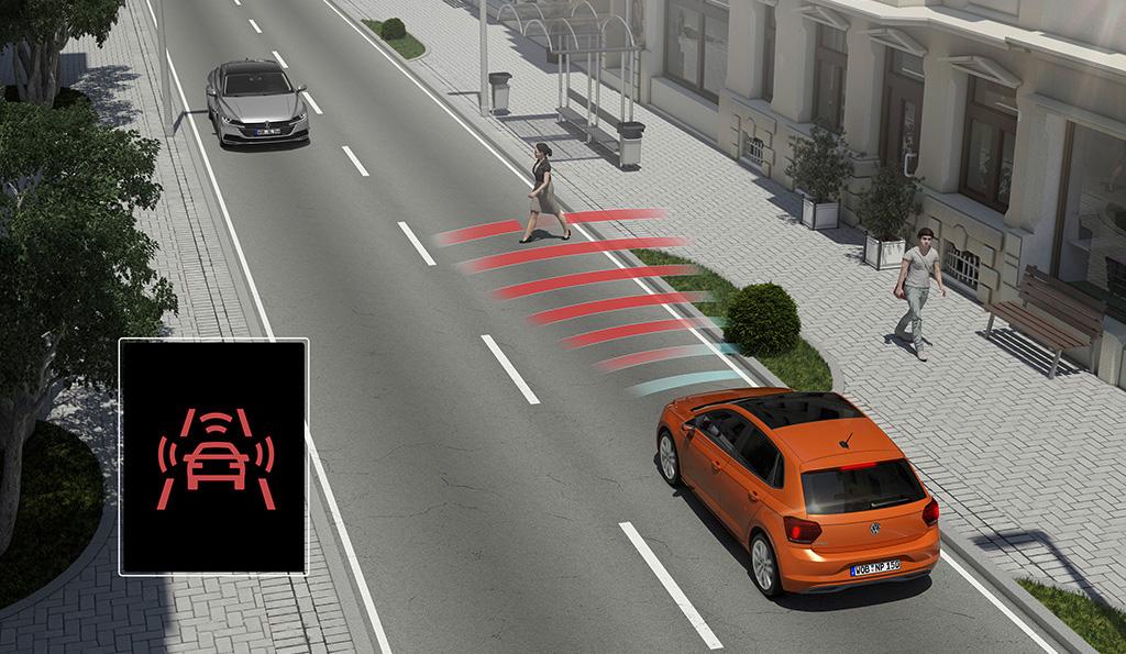 Gehört bereits im Basismodell des VW Polo zum serienmäßigen Standard: Fußgängererkennung, Front Assist und City-Notbremsfunktion.