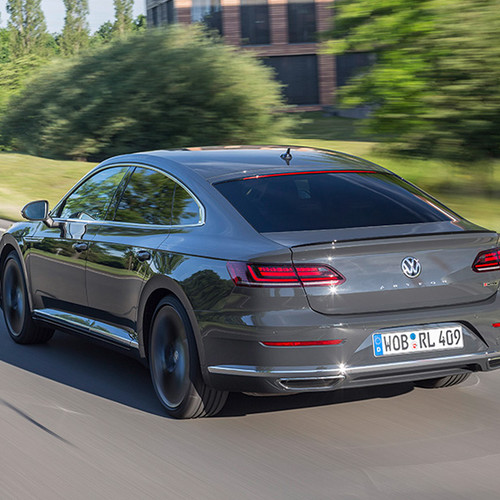 VW Arteon, Halbseitenansicht von hinten, fahrend, grau