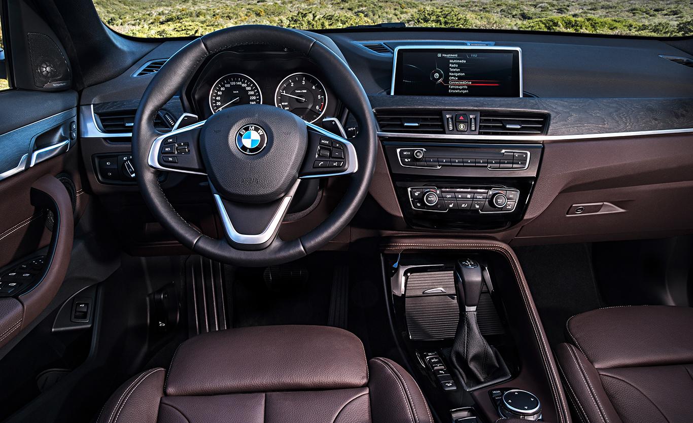"""Der BMW X1 """"xLine"""" kommt für knapp 2.000 Euro innen in Leder """"Dakota"""" mit der Perforierung """"Mokka"""". Interieurleiste in Edelholzausführung """"Eiche Maser matt"""". Die Akzentleiste ist serienmäßig in charakteristischem """"Perlglanz Chrom"""" gehalten."""