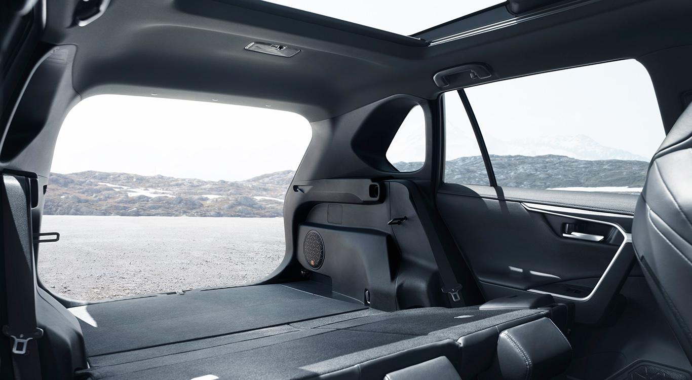 Womit glänzt der RAV4 im Innenraum? Panorama-Glasdach, eine umklappbare Rückbank und viel Ladevolumen.