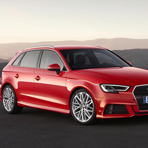 Audi A3 Sportback, Halbseitenansicht von vorn, stehend, rot