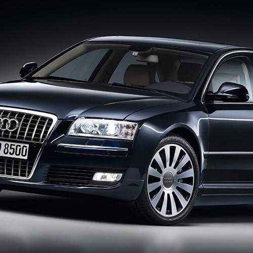 Die linke Seite eines Audi A8 Typ D3/4E in schwarz.