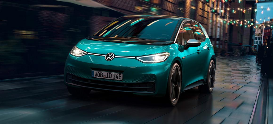 VW ID.3, Halbseitenansicht von vorne, fahrend, grau