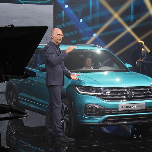 VW T-Cross, Prämieren-Show, Ralf Brandstätter (stehend) vor dem neuen T-Cross (blau)