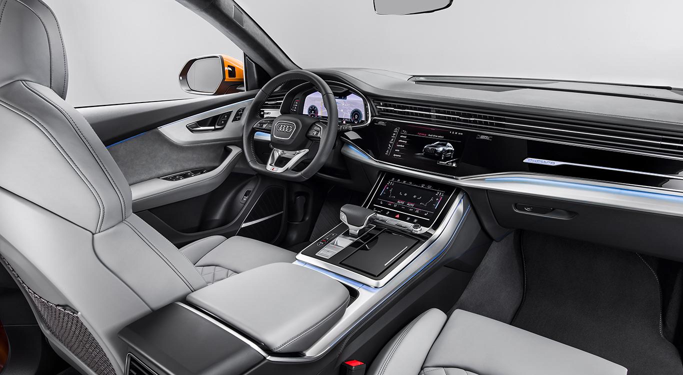 Wo der SUV-Kombi Audi Q7 noch mit älterem Marken-Cockpit unterwegs ist, glänzt der Q8 mit neuem Armaturenbrett