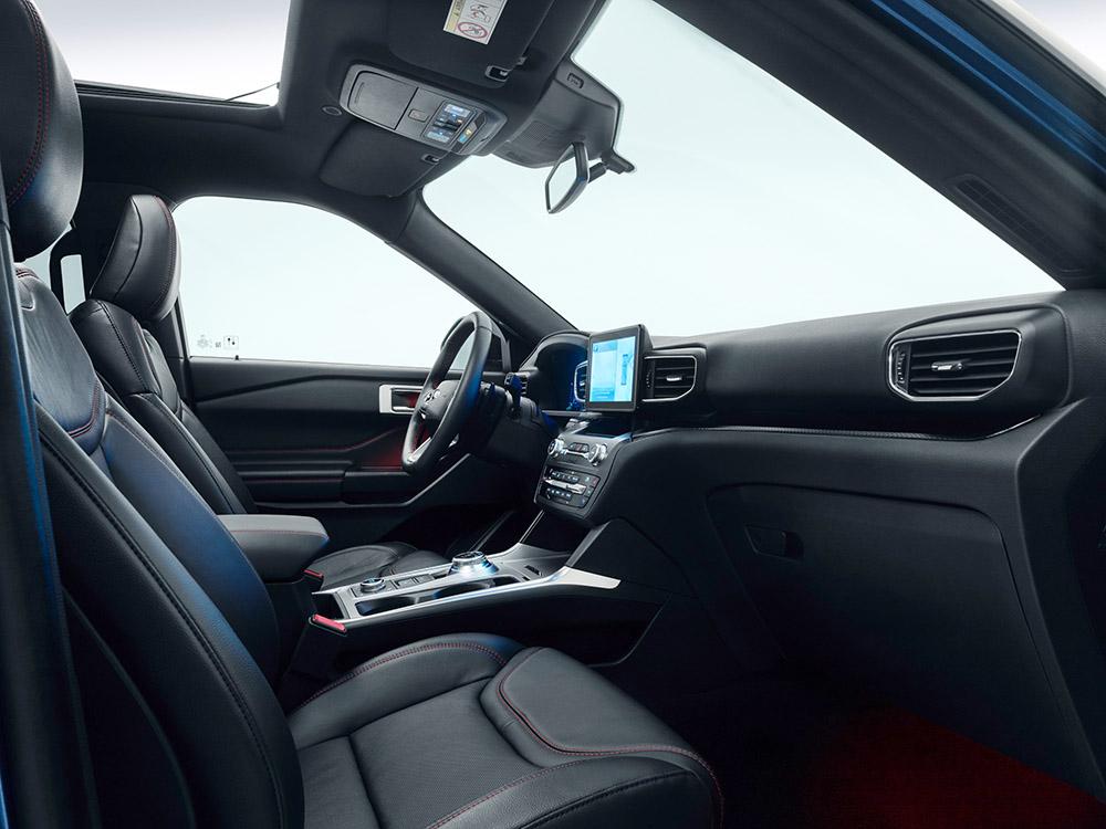 Auch die Fahrerkabine ist im Ford Explorer sehr geräumig.