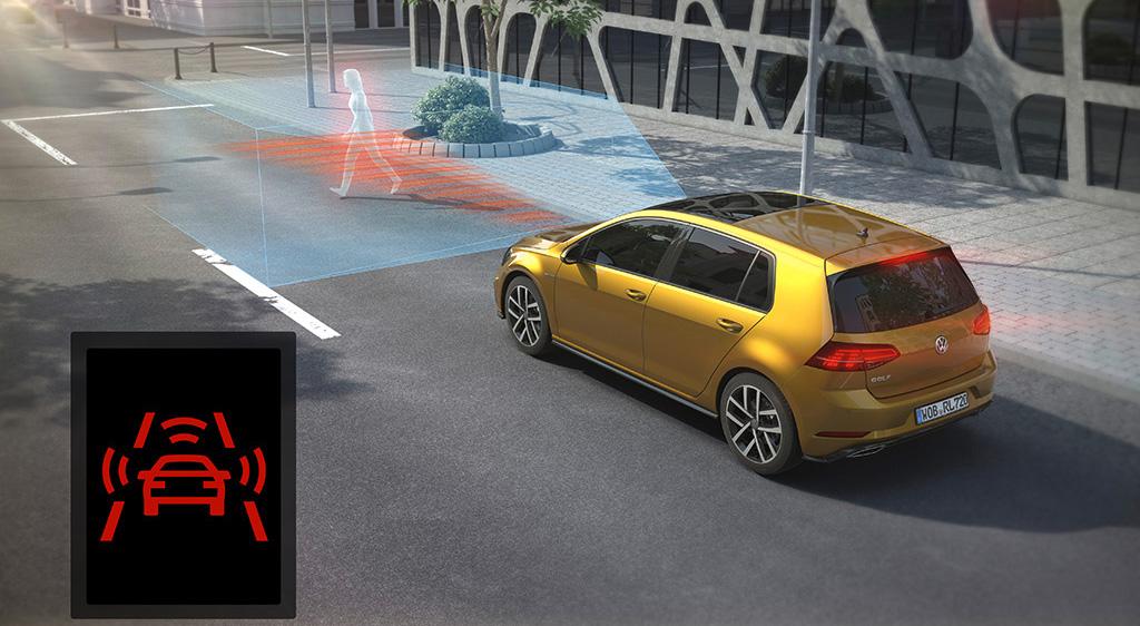 """Im VW Golf """"Comfortline"""" serienmäßig: Das Umfeldbeobachtungssystem """"Front Assist"""" mit intelligenter Fußgängererkennung und Notbremsfunktion."""