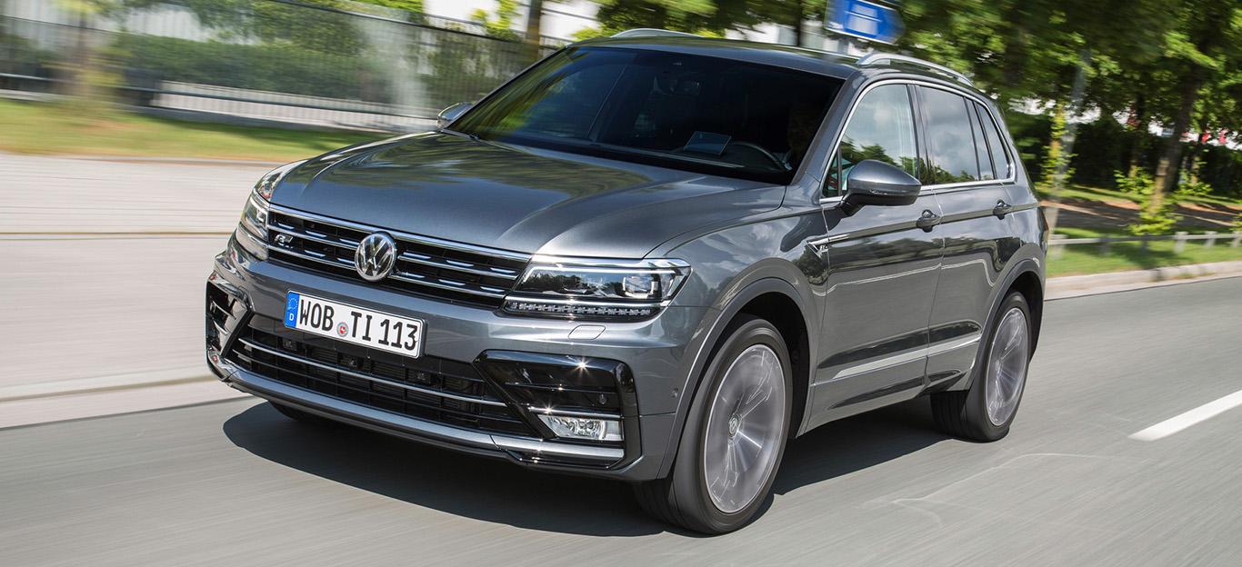 VW Tiguan, Halbseitenansicht von vorn, fahrend, grau