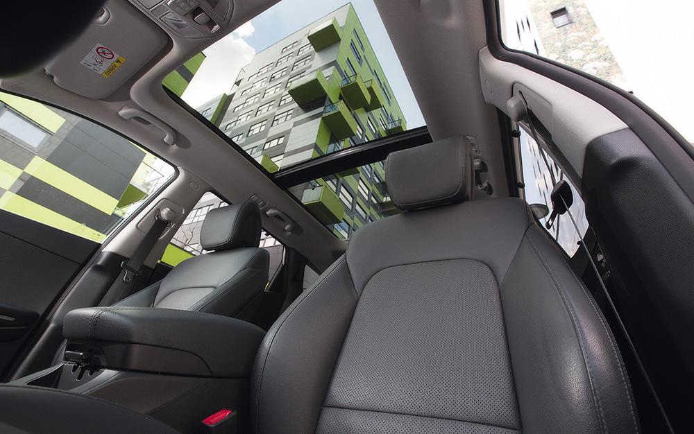 Fast wie Freiluft-Kino - mit dem zuwählbaren Panorama-Glasschiebedach für den Hyundai Santa Fe (2017).