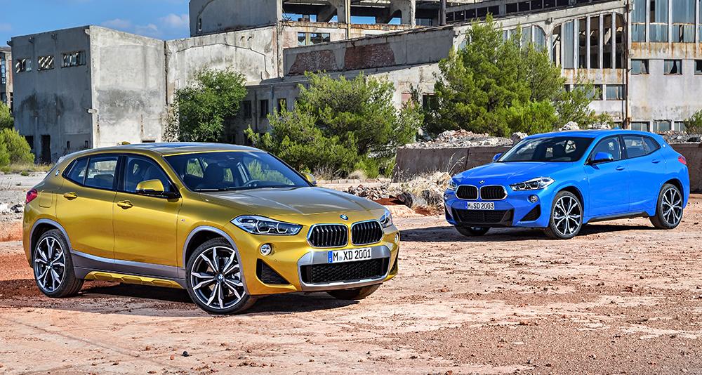 """Der BMW X2 in den Lackierungen """"Misano Blau Metallic"""" und """"Galvanic Gold""""."""