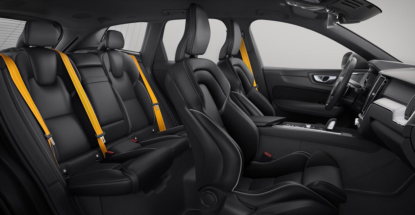 """Markantestes Merkmal im Interieur des Volvo XC60 """"Polestar Engineered"""" sind die golden gehaltenen Sicherheitsgurte."""