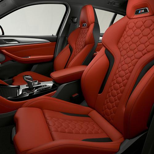 BMW X4 M, Cockpit/Vordersitze in Seitenansicht, rot