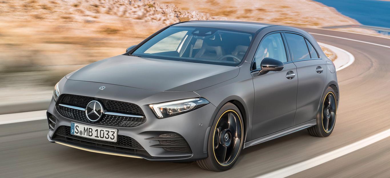 Mercedes A-Klasse, Halbseitenansicht von vorn, fahrend, grau