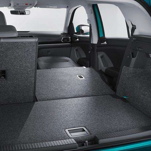 Kofferraum und umgeklappte Rückbank eines VW T-Cross 2019