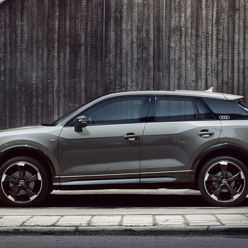 Audi Q2 Edition 1, Seitenansicht, stehend, grau