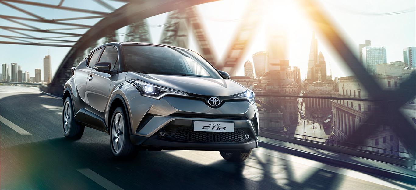 Toyota CH-R: Halbseitenansicht von vorn, fahrend, grau