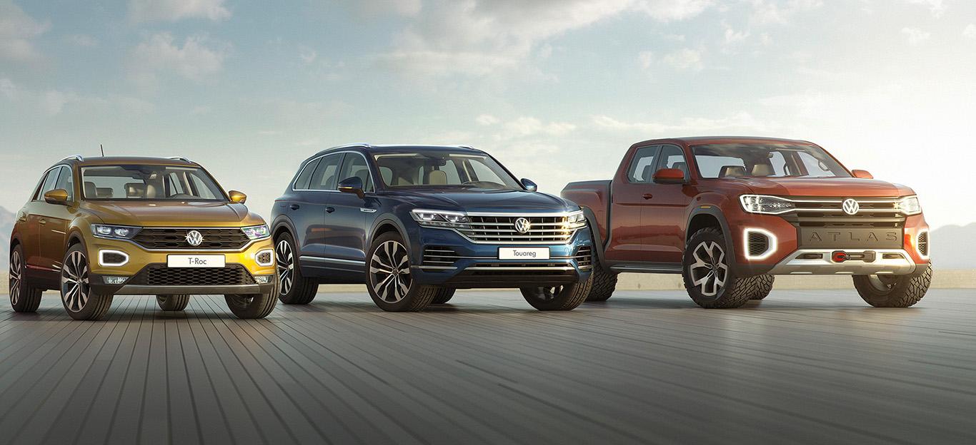 Drei VW-SUV-Modelle in Halbseitenansicht von vorne, stehend, T-Roc / Touareg / Atlas