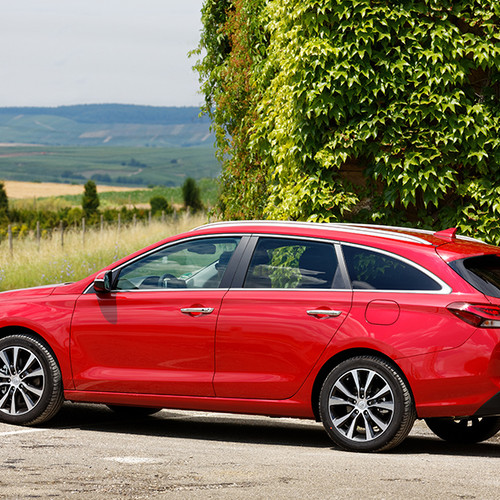 Hyundai i30 Kombi, Seitenansicht, stehend, rot