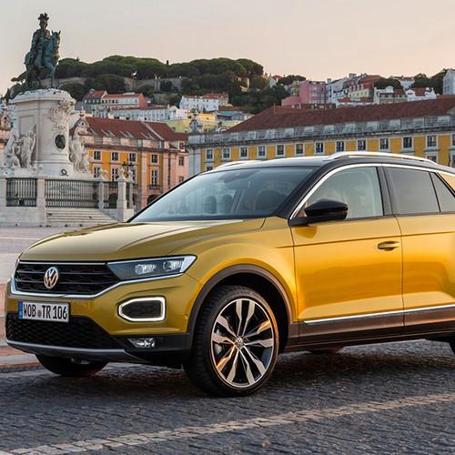 VW T-Roc, Halbseitenansicht von vorn, fahrend, goldgelb
