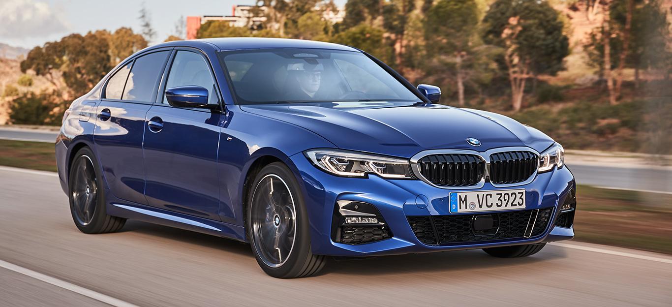 BMW 3er, Halbseitenansicht von vorne, fahrend, blau