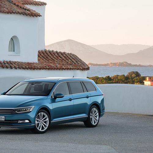 VW Passat Variant schräg vorne links geparkt