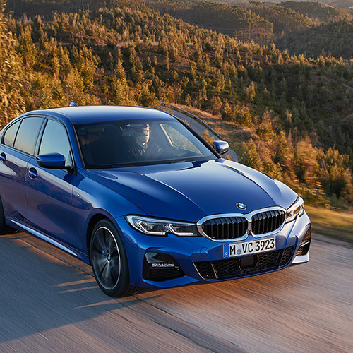 BMW 3er, Halbseitenansicht von oben vorne, fahrend, blau