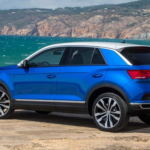 VW T-Roc, Halbseitenansicht von hinten, stehend, blau