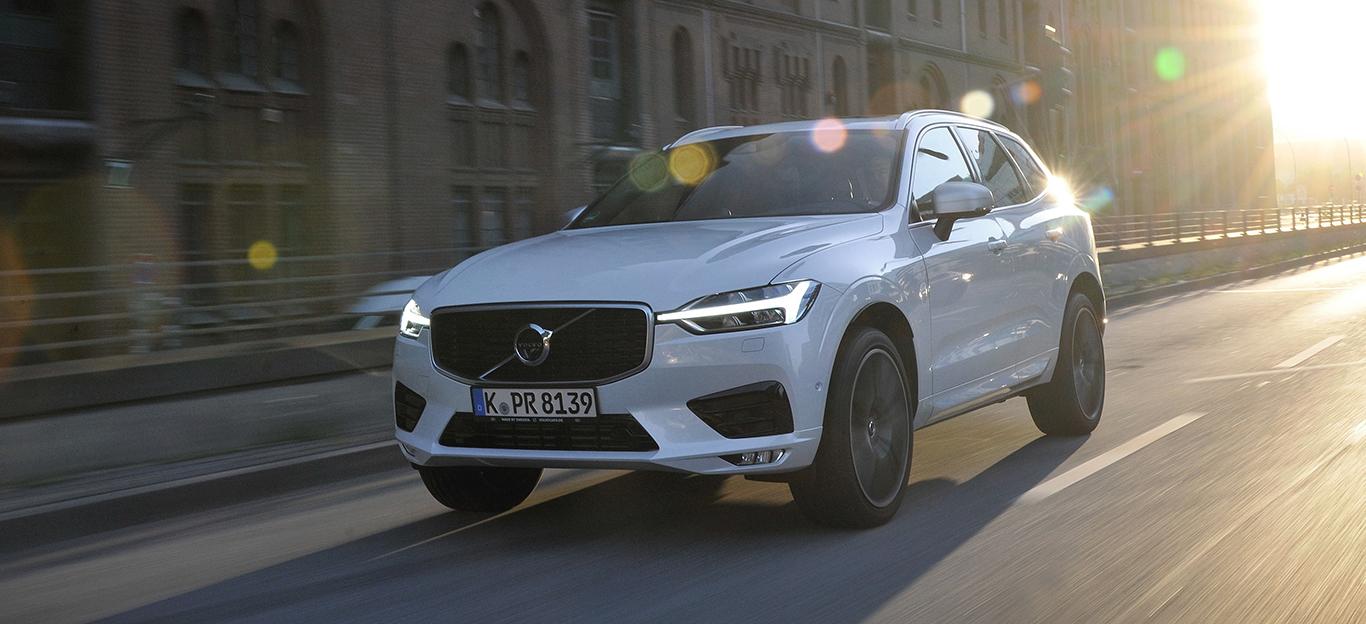 Volvo XC60, Halbseitenansicht von vorne, fahrend, weil