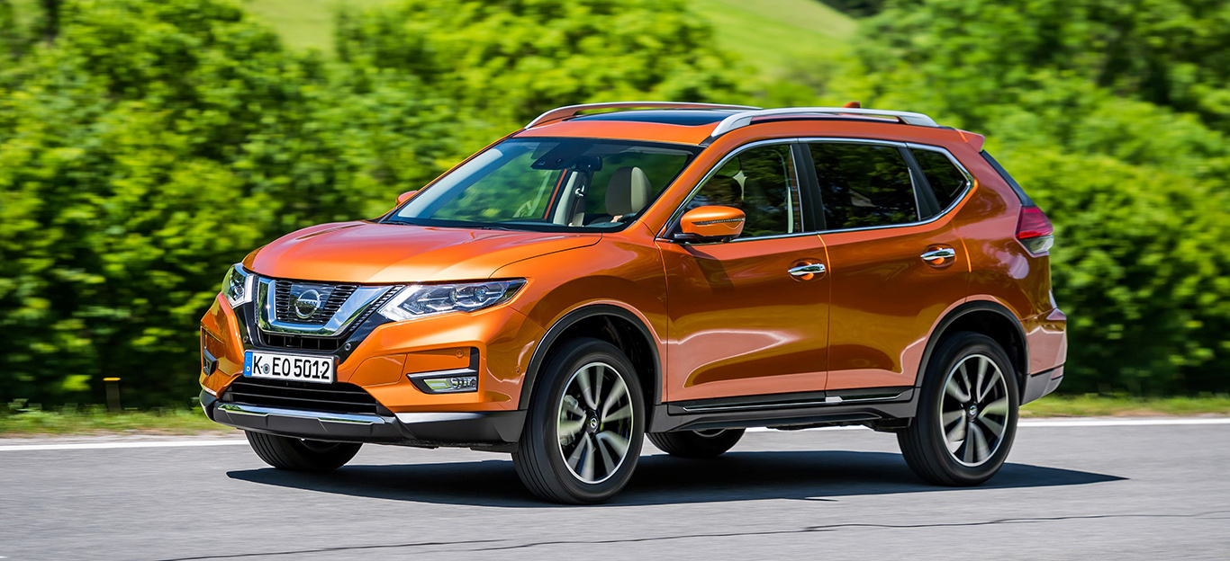 Nissan X-Trail, Halbseitenansicht von vorn, fahrend, orange
