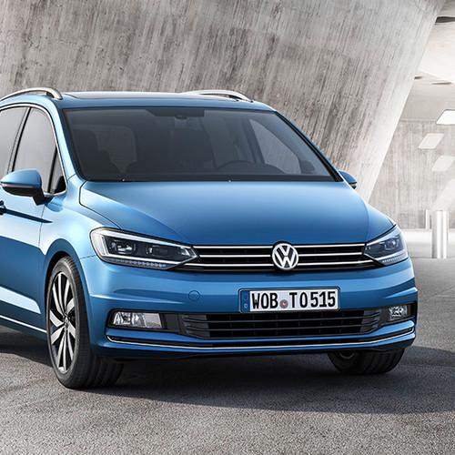 VW Touran, Halbseitenansicht von vorn, stehend, blau