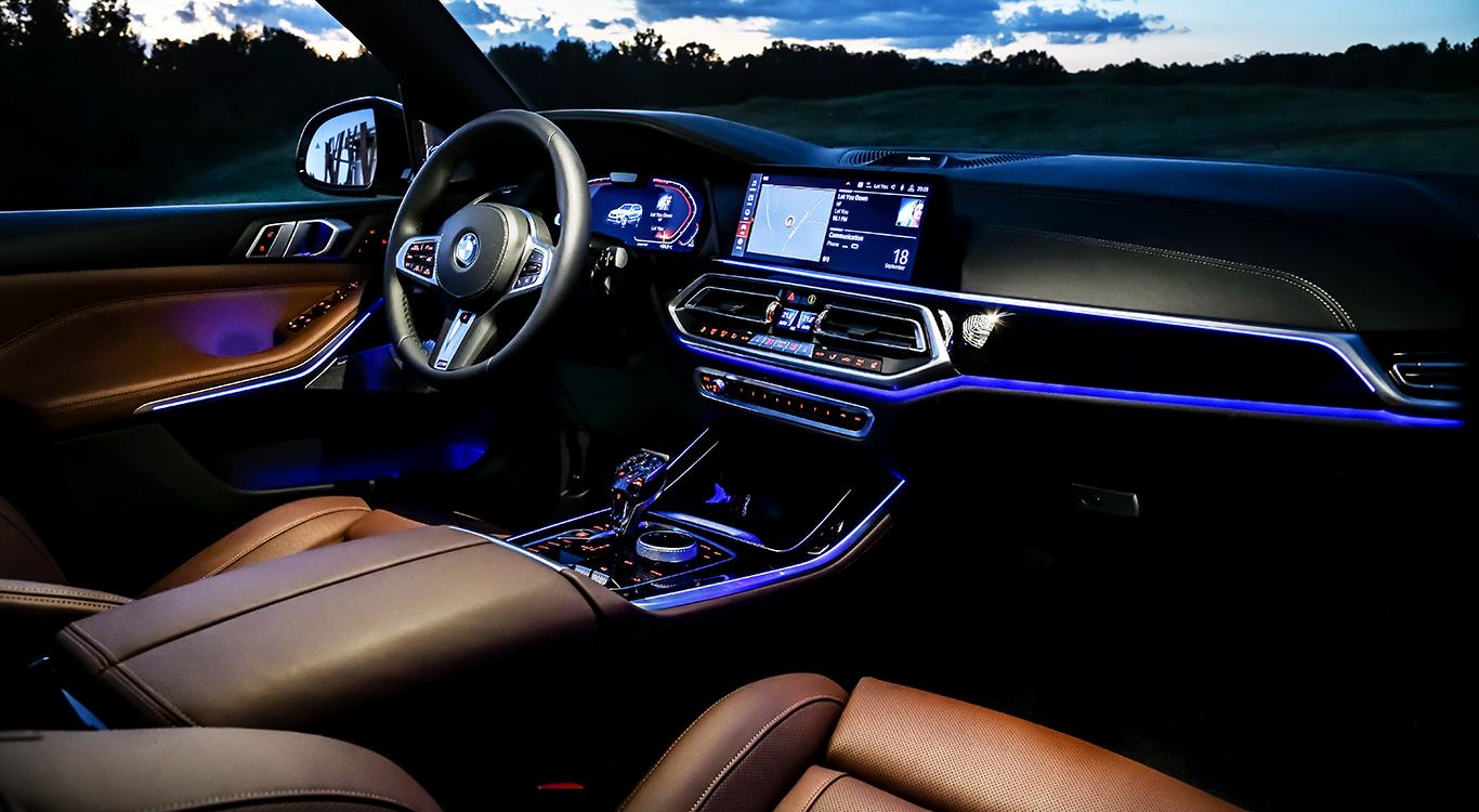 Reichlich Komfort für BMW-X5-Fahrer und das serienmäßig: beheizbare Sportsitze, Sportlenkrad, Ambientebeleuchtung und mehr.