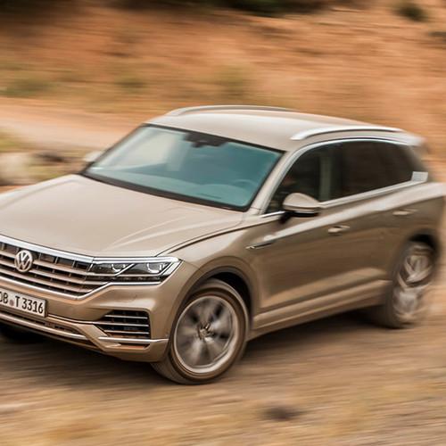 VW Touareg, Halbseitenansicht von vorne oben, fahrend, hellbraun