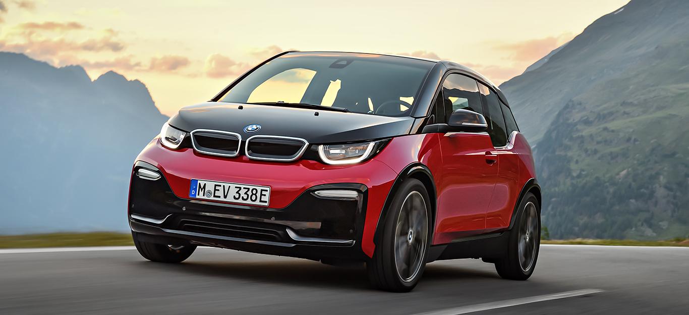 BMW ie, Halbseitenansicht von vorn, fahrend, rot