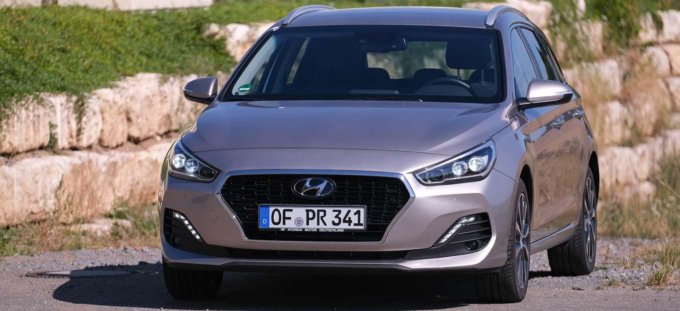 Hyundai i30 Kombi, Halbseitenansicht von vorn, stehend, dunkelblau
