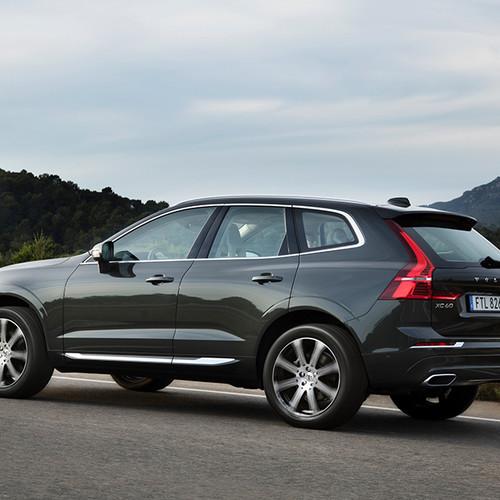 Volvo XC60, Halbseitenansicht von hinten, stehend, grau