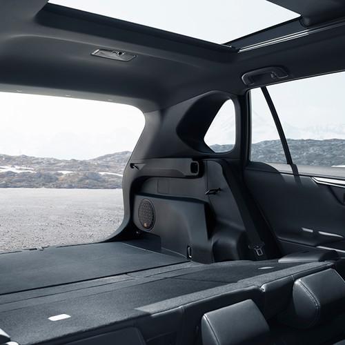 RAV4 2019: Innenansicht, Blick von umgeklappter Rückbank aus dem Kofferraum