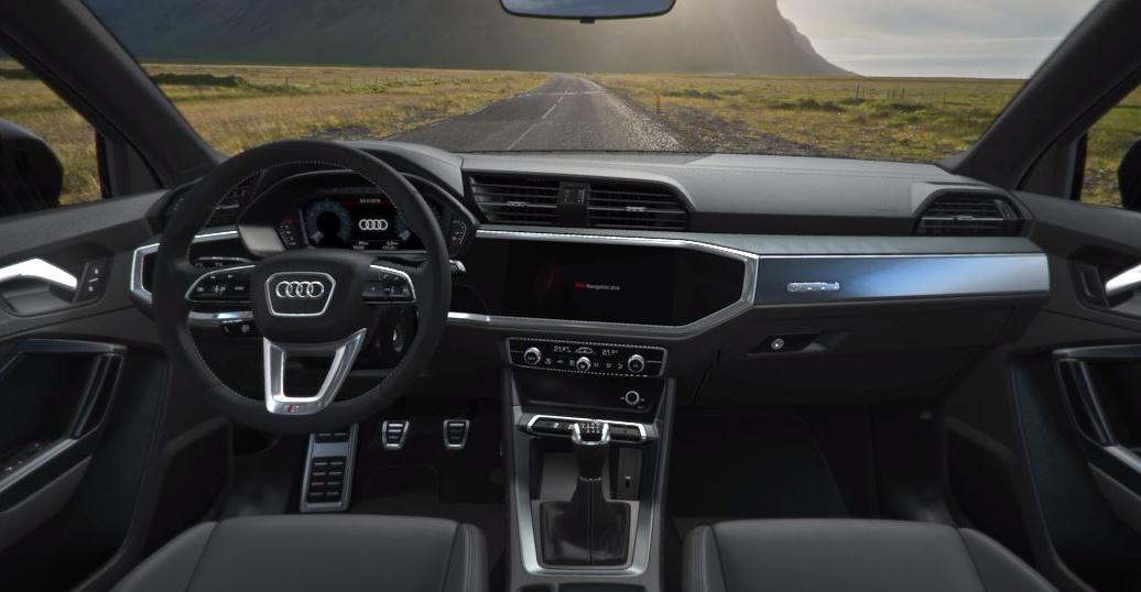 """Audi """"S line""""-Interieur, Leder/Kunstleder-Kombination mono.pur 550 und MMI Radio plus. So sieht unser Audi Q3 2019 von innen aus."""