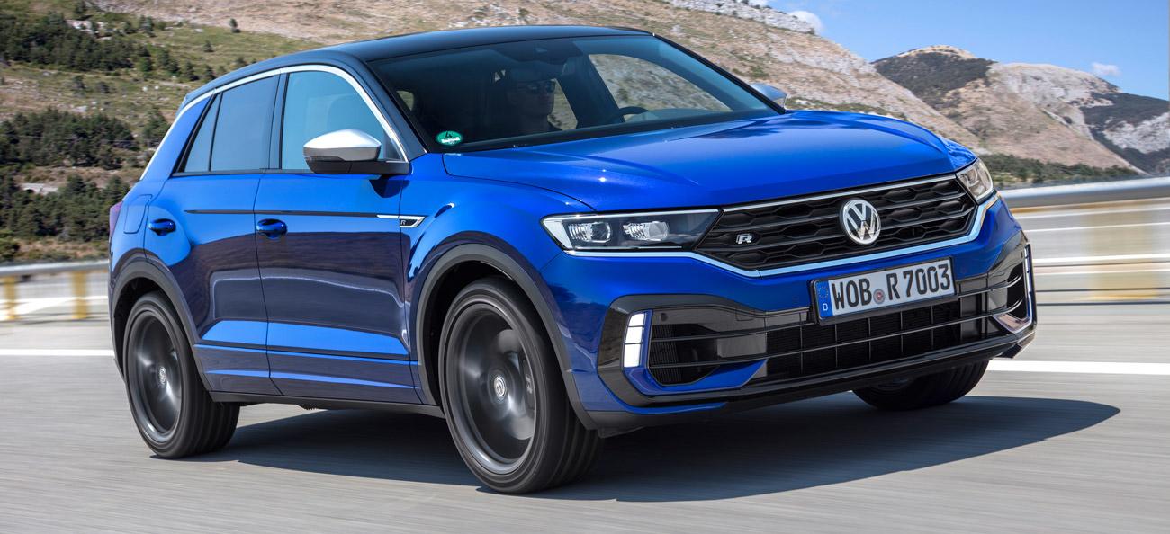 VW T-Roc R, Halbseitenansicht von vorn, fahrend, blau