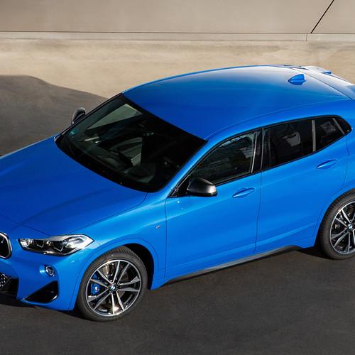 BMW X2 M35i, Halbseitenansicht von vorne oben, stehend, blau