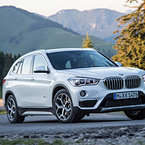 BMW X1, Halbseitenansicht von vorn, fahrend, weiß