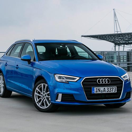 Audi A3 Sportback, Halbseitenansicht von vorn, stehend, blau