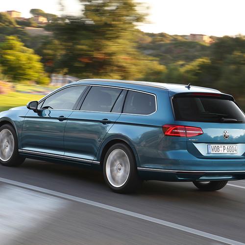 VW Passat Variant auf Landstraße fahrend