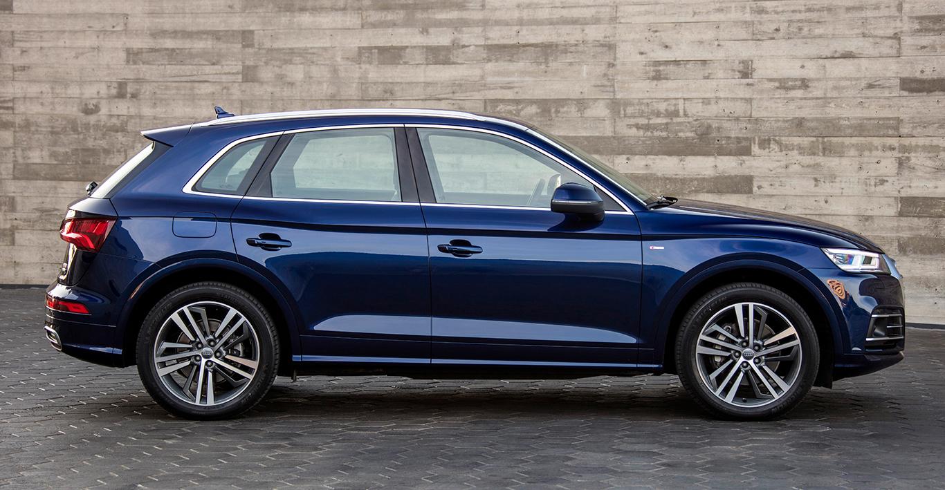 """Die Modellvariante Audi Q5 """"sport"""" unterscheidet sich äußerlich nicht gerade gravierend von den beiden anderen Varianten. Die Radlaufblenden sind bei ihr in Wagenfarbe gehalten, beim Audi Q5 """"design"""" dagegen in """"Manhattangrau Metallic""""."""