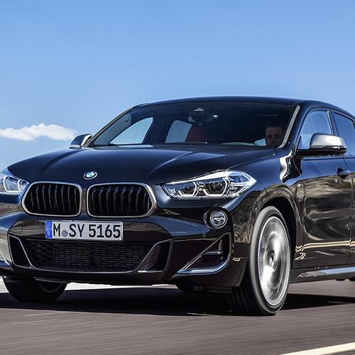 BMW X2 M35i, Halbseitenansicht von vorn, fahrend, schwarz