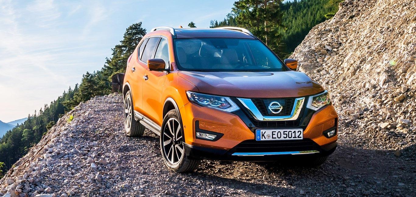 Nissan X-Trail, Halbseitenansicht von vorne, stehend, orange