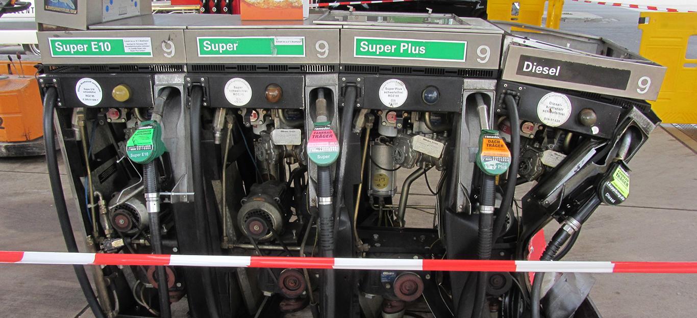 Angefahrene Zapfsäule mit beschädigter Dieseleinheit