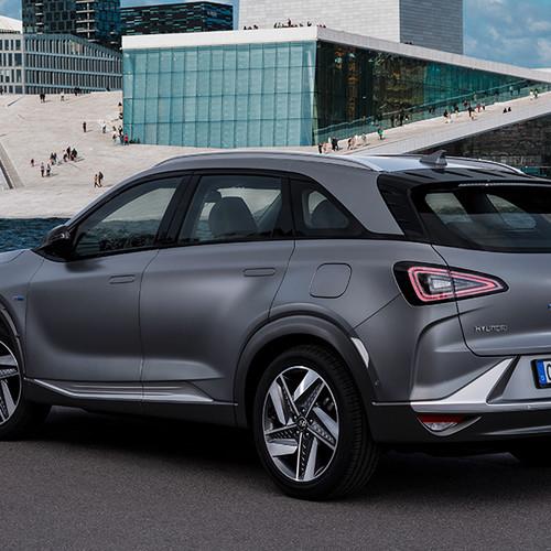 Hyundai Nexo, Halbseitenansicht von hinten, stehend, grau
