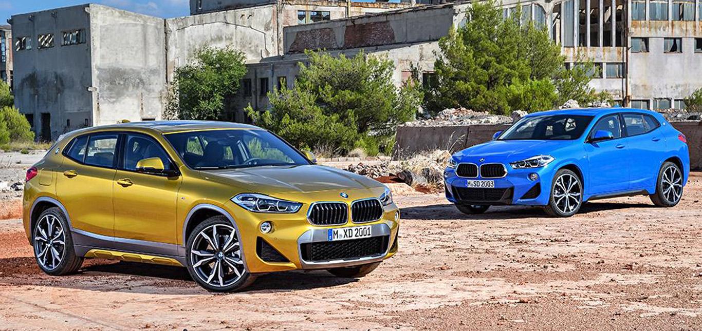 BMW X2, zwei Modelle in Halbseitenansicht von vorne, golden und blau