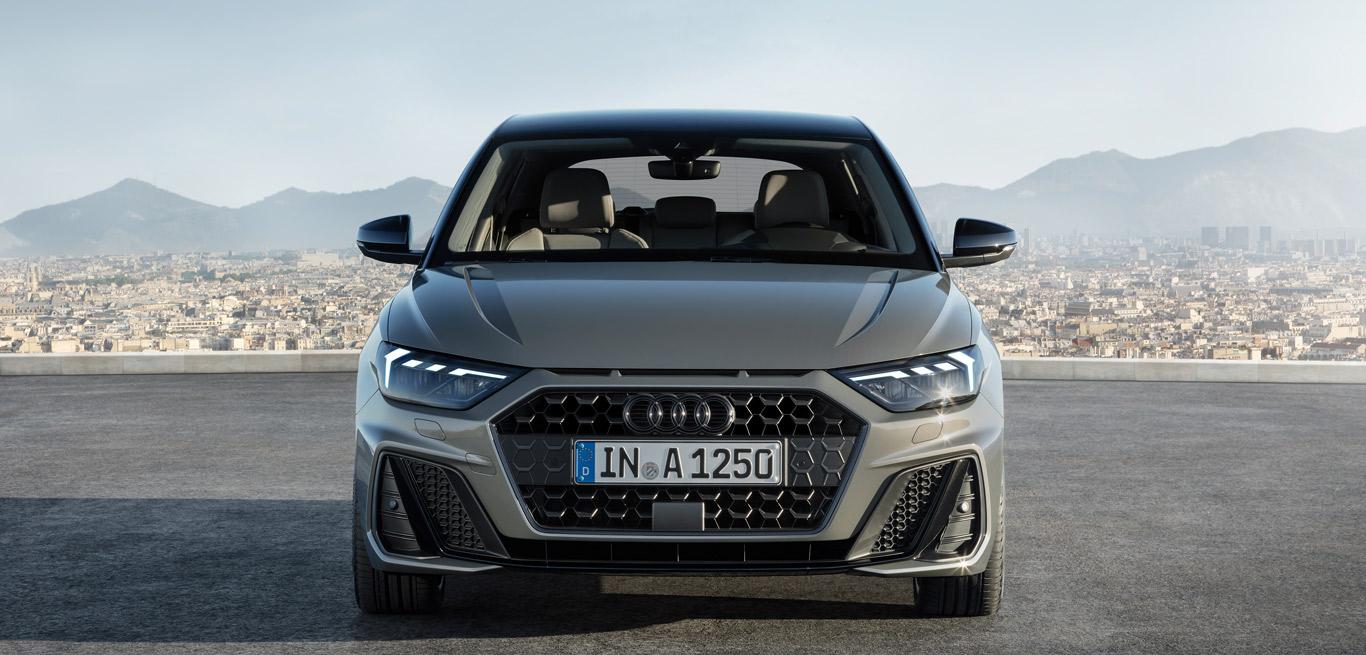 Ein grauer Audi A1 2018 in Frontalansicht.