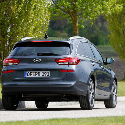 Hyundai i30 Kombi, Rückansicht, fahrend, grau